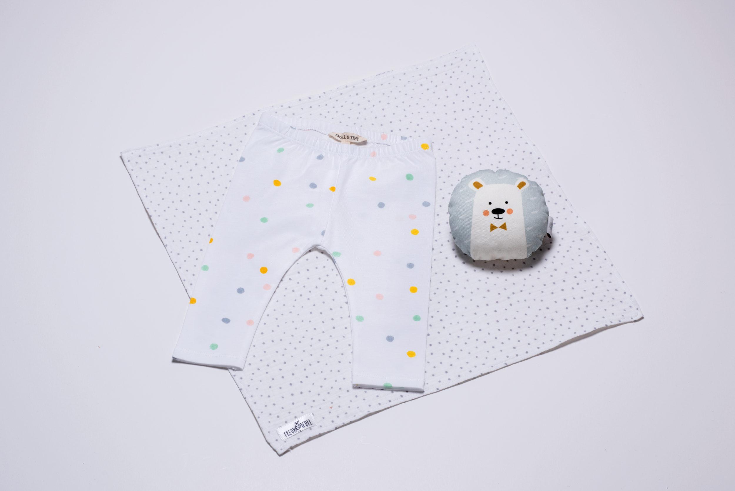 Zuckersüß ist dieses Weihnachts-Freubündel mit Leggings Pastel Dots von Small & Tiny und Eisbär-Rassel von ava&yves.