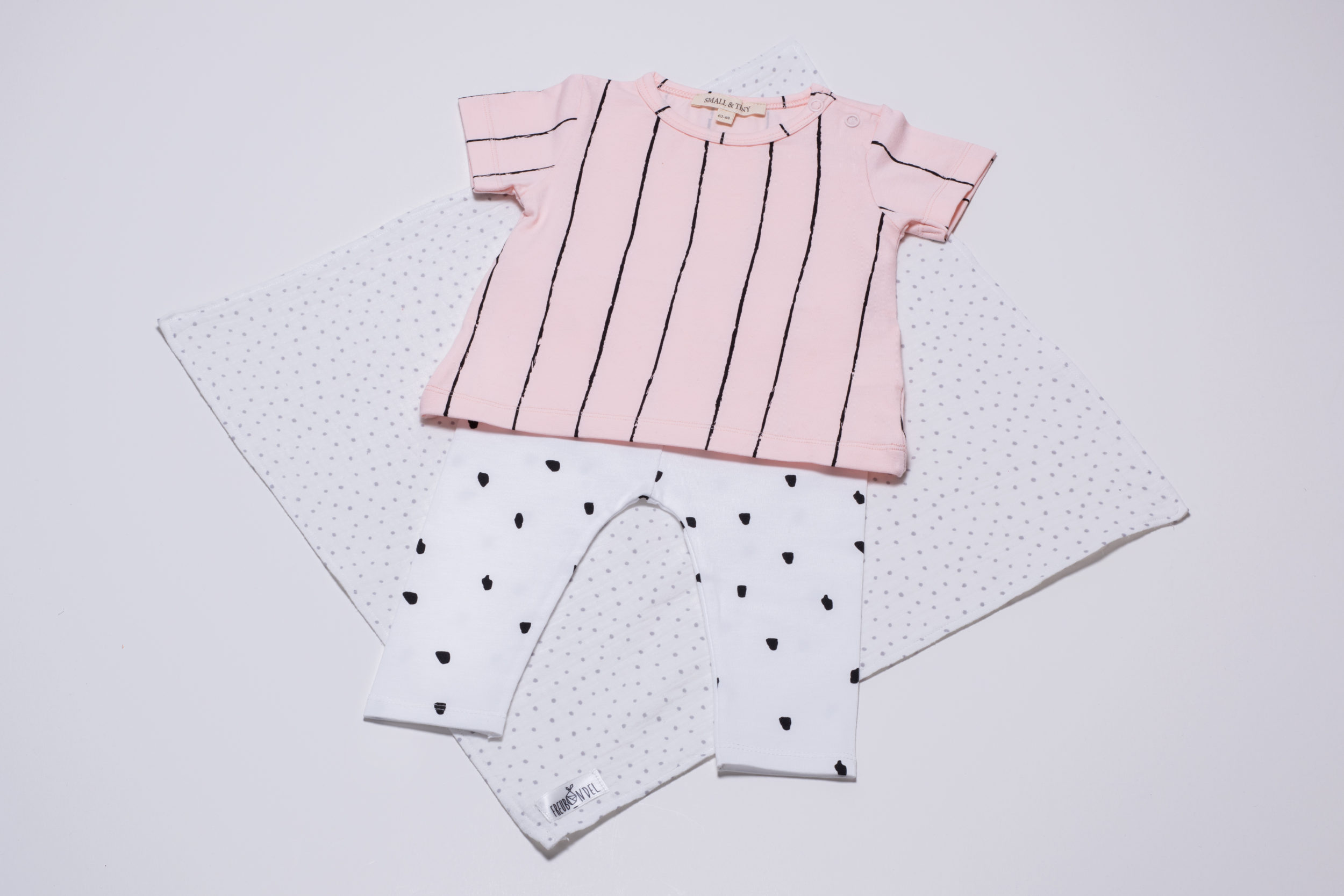 Weihnachts-Freubündel mit Leggings und T-Shirt von Small & Tiny