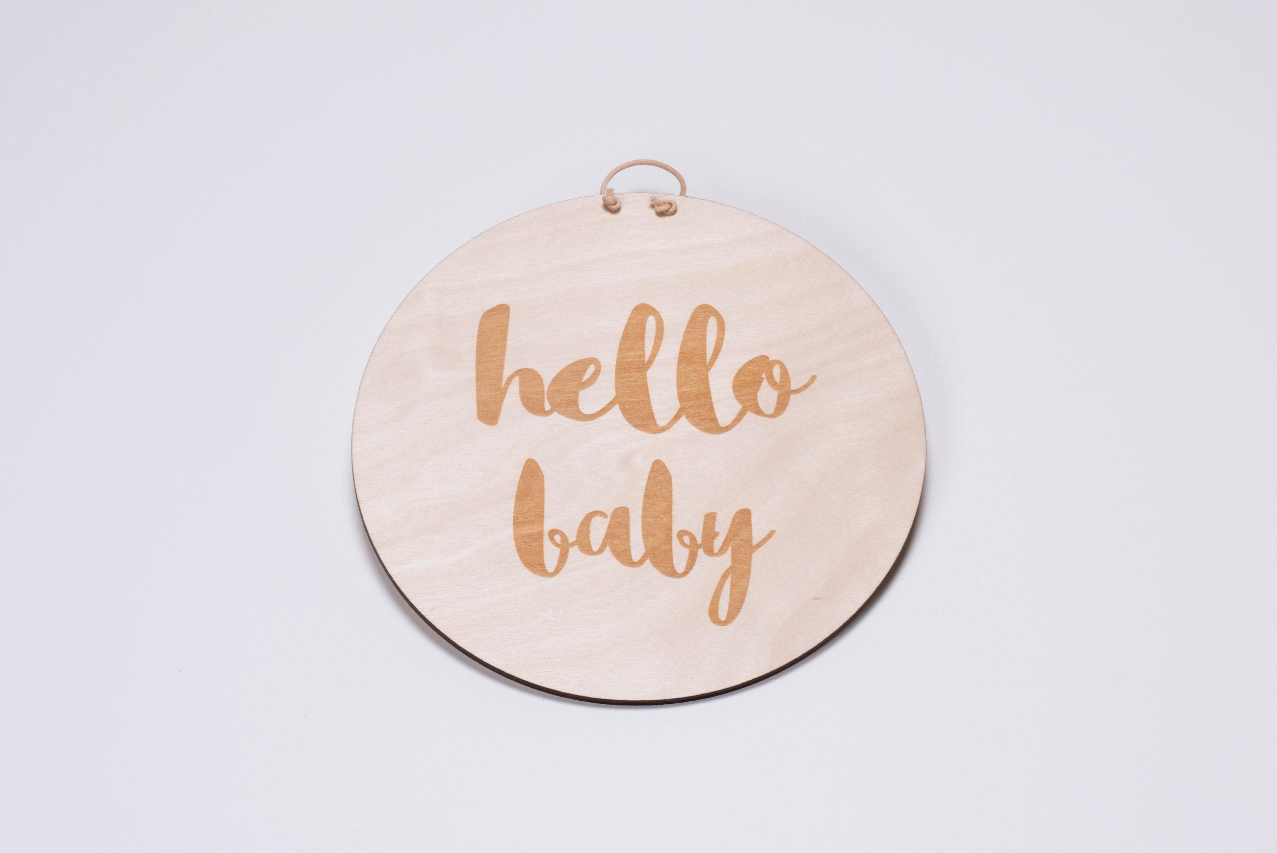 """Holzschild """"Hello Baby"""" von Liebding Manufaktur"""
