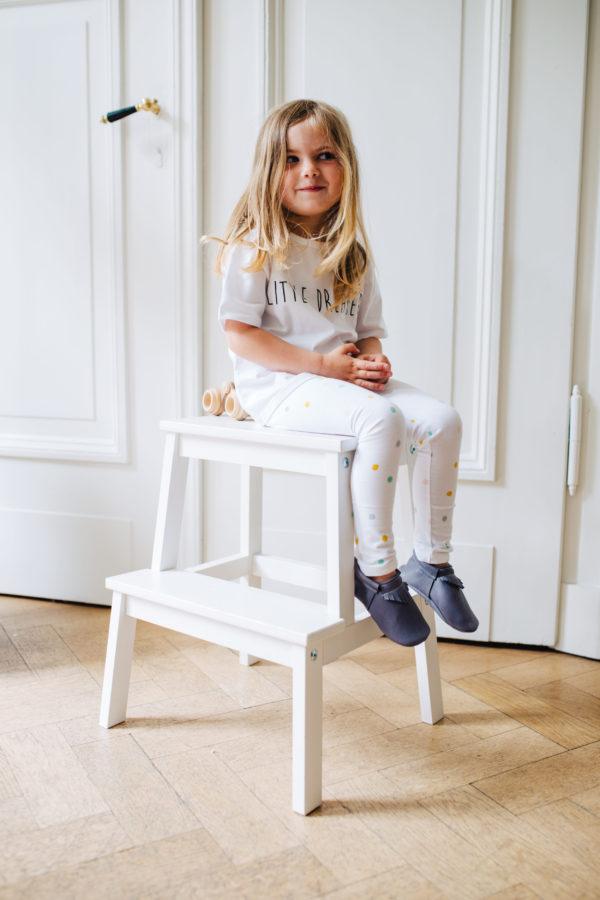 Die Leggings Pastel Dots von Small & Tiny an einem Mädchen.