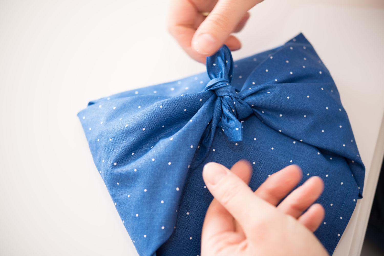 Geschenke verpacken mit Stoff Schritt 8