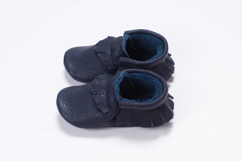Das Leder der Mokassins von Small & Tiny ist so weich, dass Kinder sie gerne auch barfuß tragen.