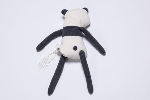 """Strickpuppe """"Panny"""" Panda mit Sleepy Eyes von sebra von hinten"""