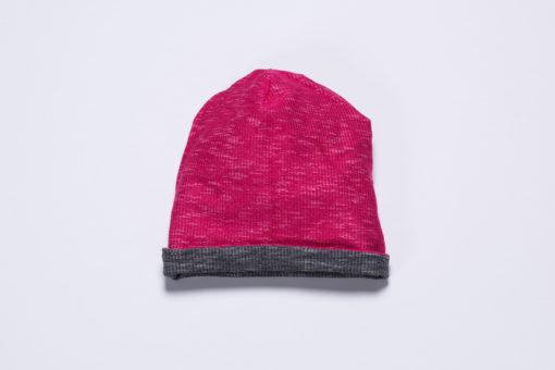 Die Innenseite der Beanie besteht aus pink-meliertem French Terry und kann nach außen getragen werden.