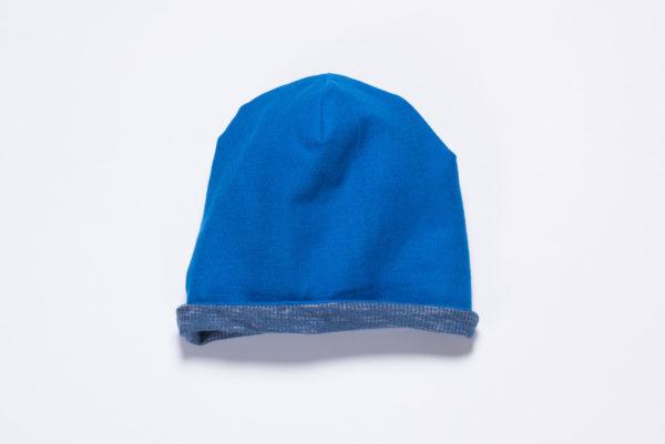 Die Innenseite der Beanie besteht aus leuchtend-blauem Jersey und kann nach außen getragen werden.