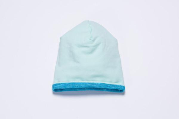 Die Innenseite der Beanie besteht aus mintfarbenem Jersey und kann nach außen getragen werden.