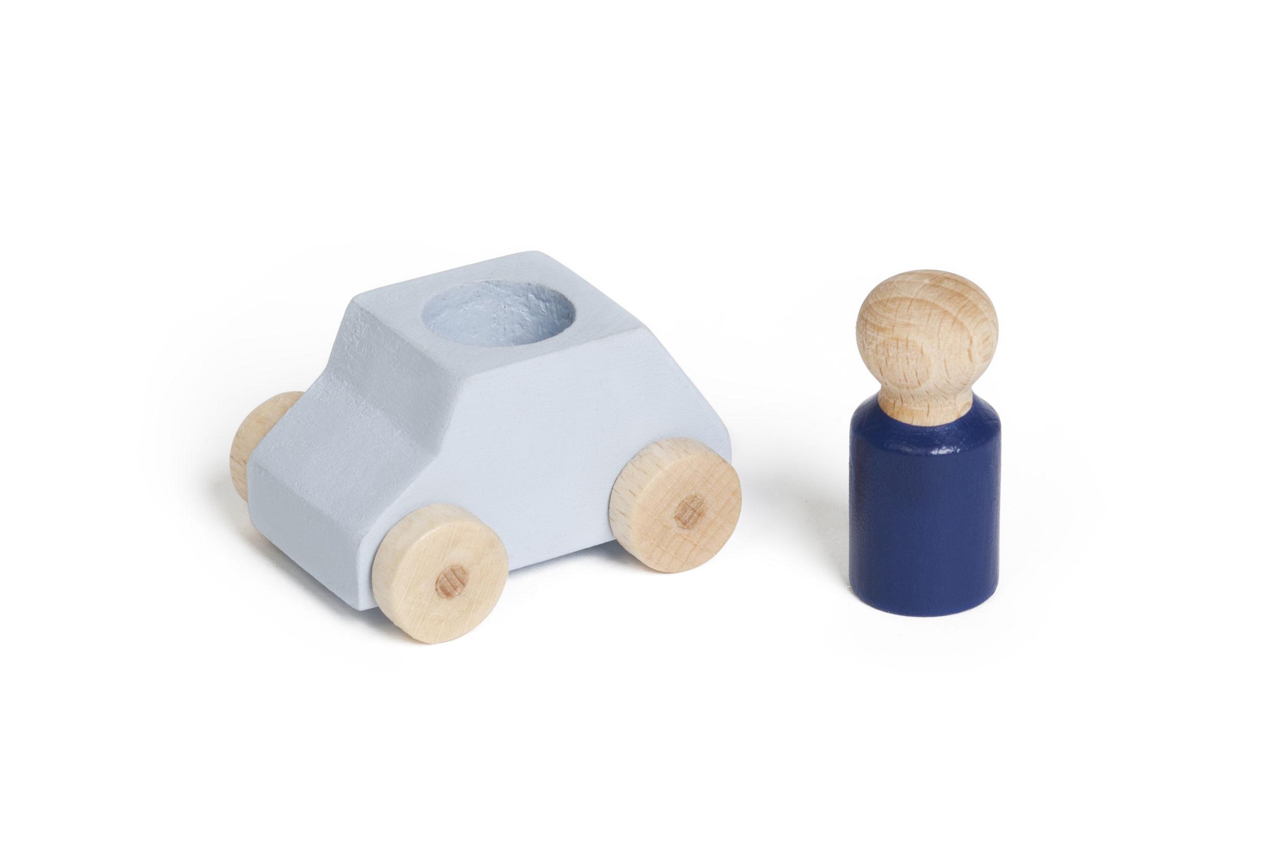 Hellgraues Spielzeugauto von Lubulona mit blauer Holzfigur.