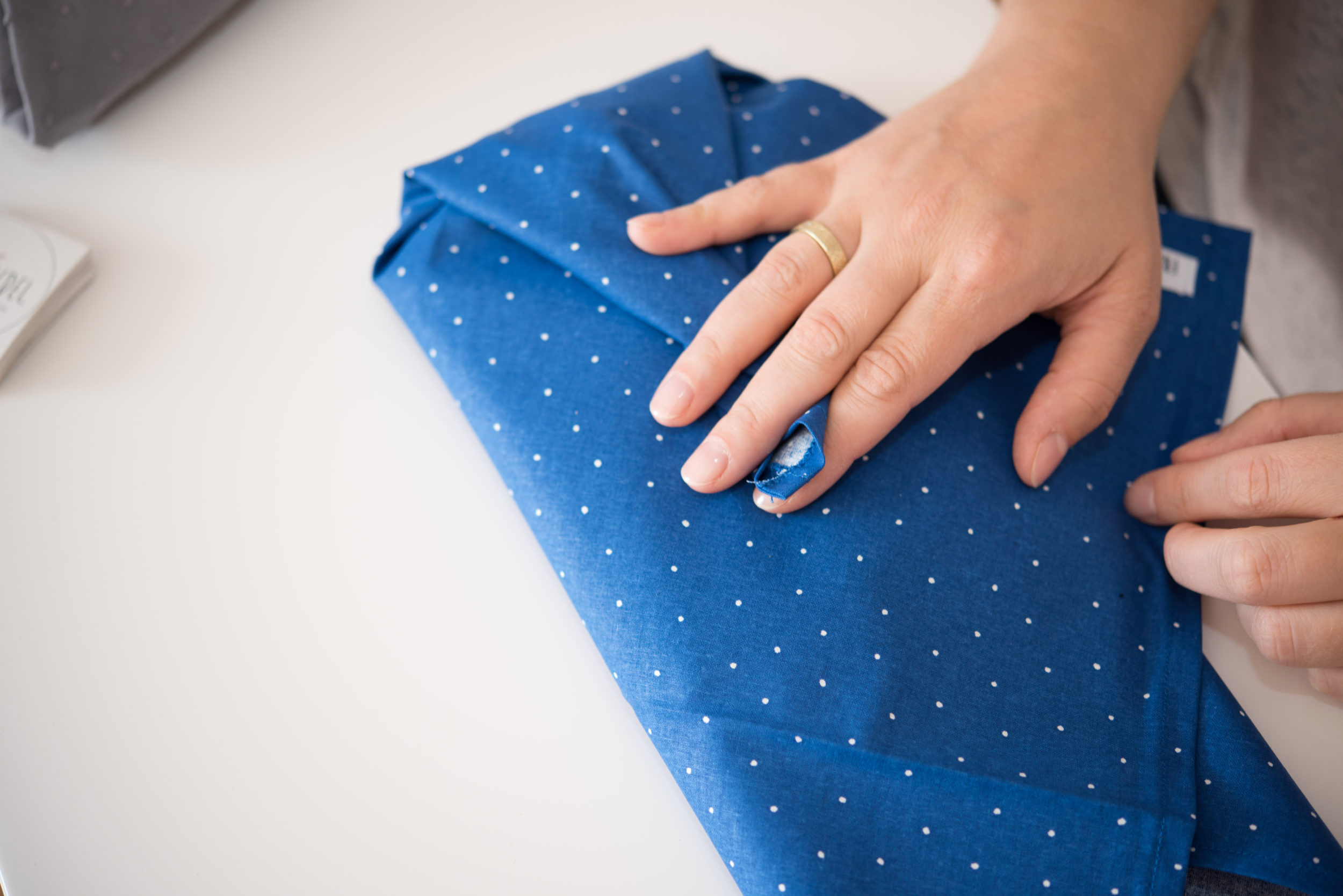 Das Verpacken als Freubündel ist vom japanischen Furoshiki inspiriert.