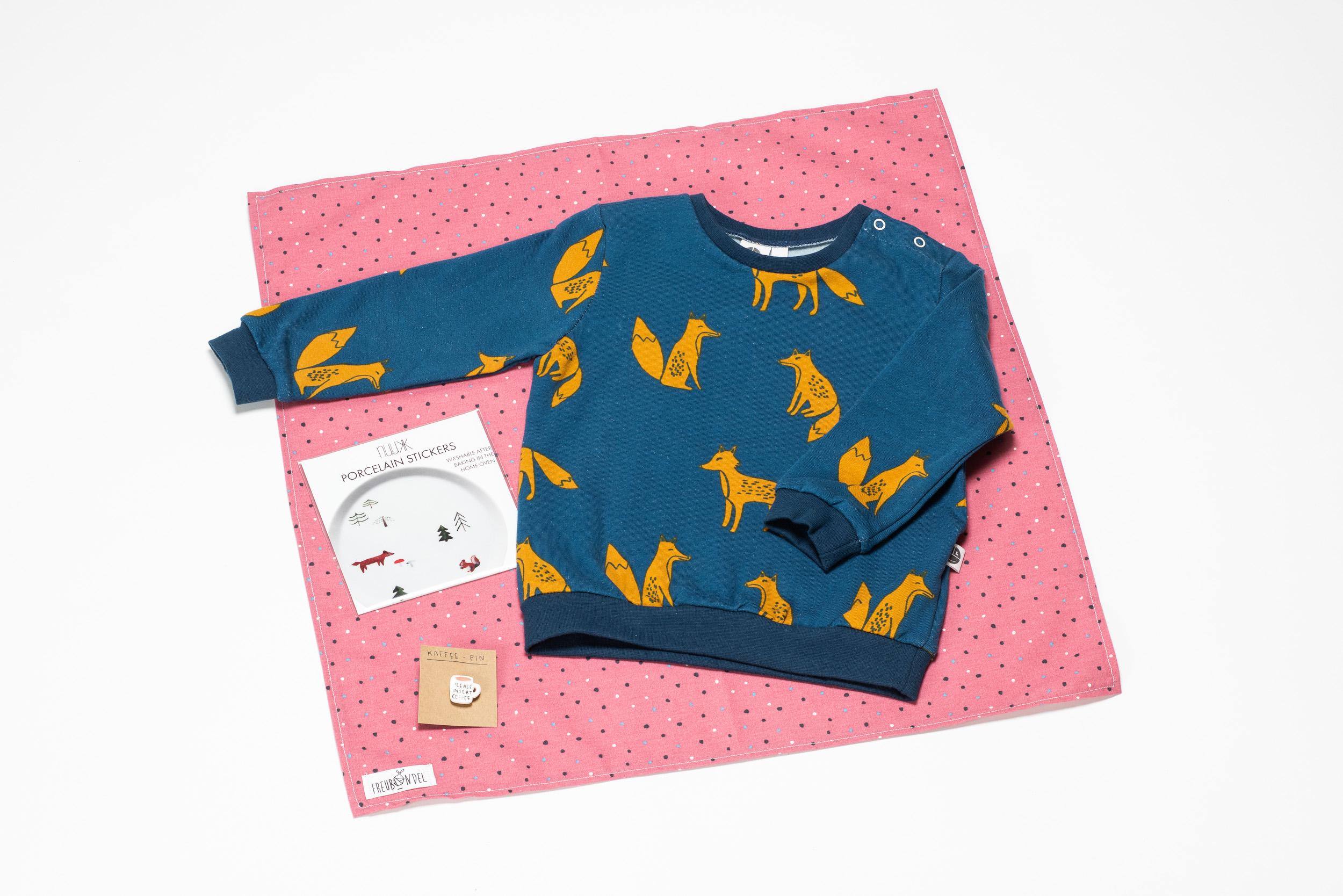 Das Freubündel im Januar 2019. Drin war ein Bio-Sweatshirt von Pünktchen Komma Strich, Porzellansticker von nuukk und ein Pin von Alexa malt für die Mamas.