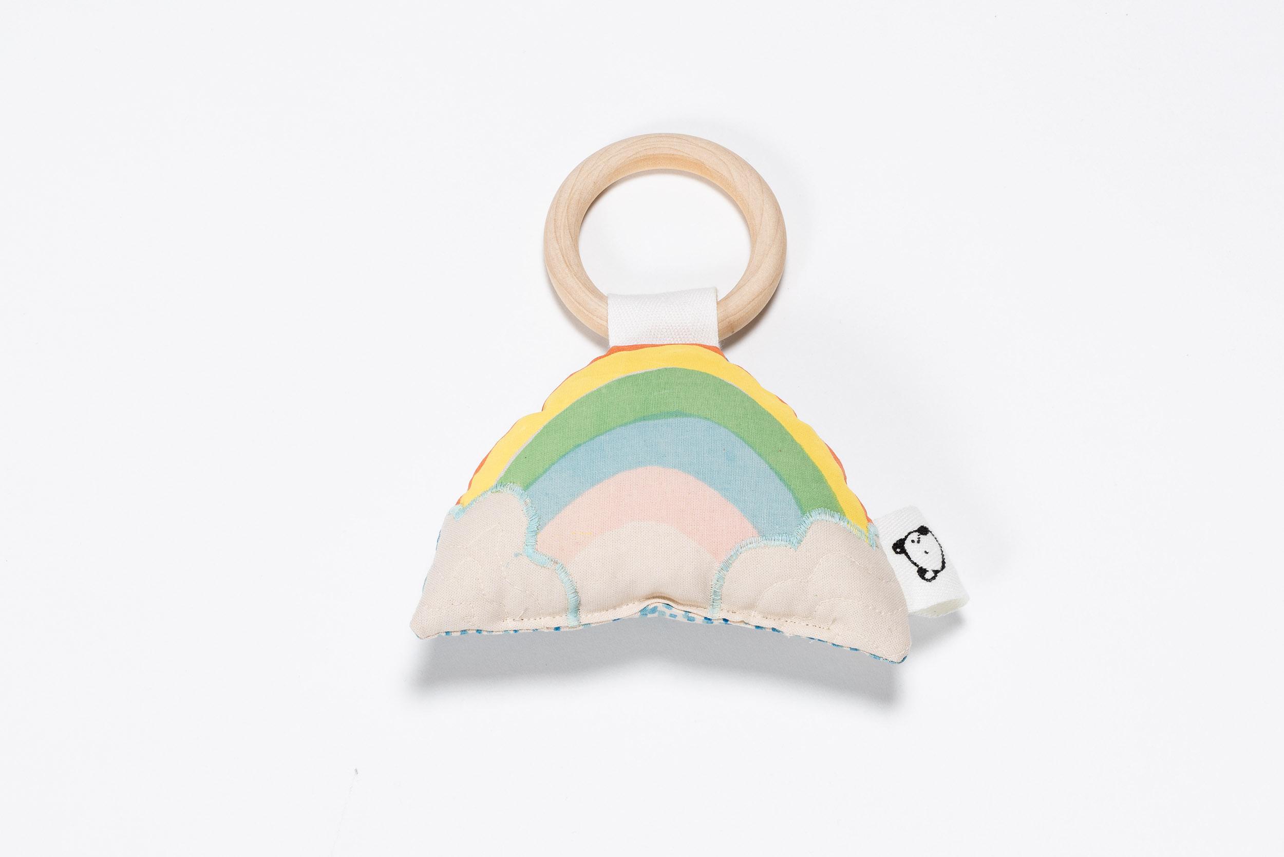 Liebevolles Detail: Die Wolken wurden aus Stoff auf den handgedruckten Regenbogen appliziert.