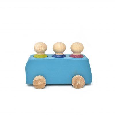 Hellblauer Bus aus Holz mit drei Figuren von Lubulona