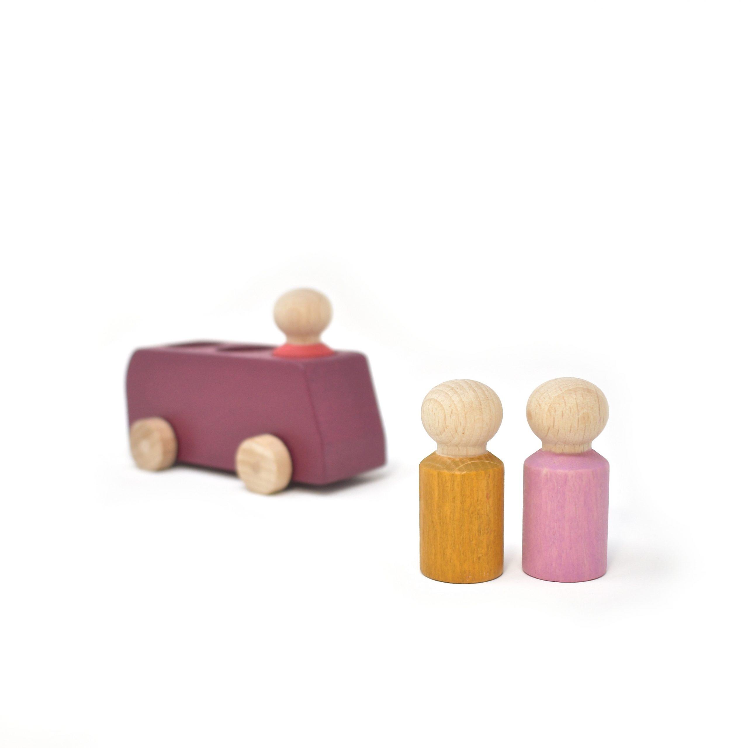 Pflaumenfarbener Bus aus Holz mit drei Figuren von Lubulona