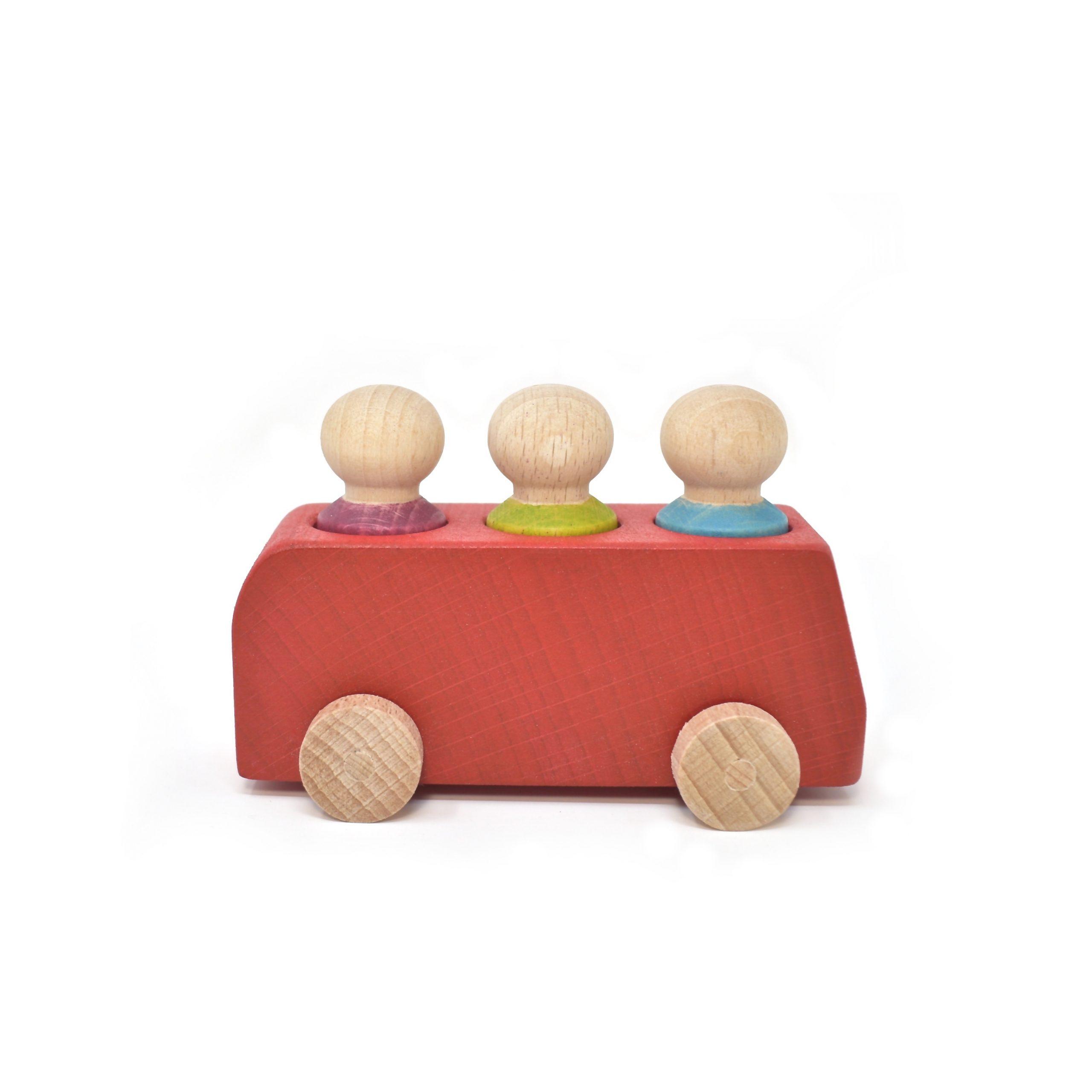Roter Bus aus Holz mit drei Figuren von Lubulona